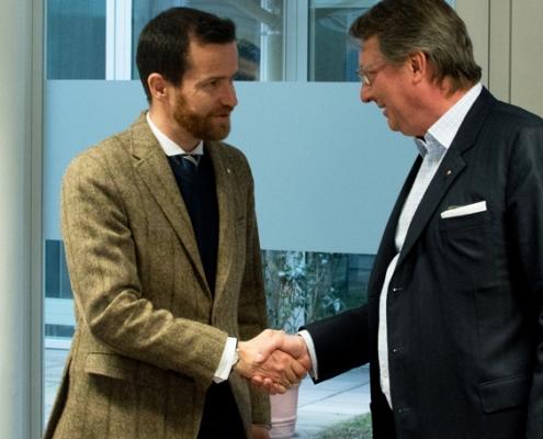 Kommissionspräsident Bernd Litzka gratuliert Nikolaus Futter zur bestandenen Prüfung.