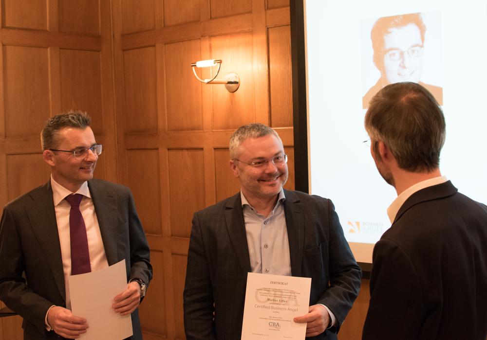 Alfred Steininger (links) und Markus Ertler erhalten bei einem Investorenevent in der Bank Gutmann AG die Zertifikate vom Business Angel Institute Präsidenten Herwig Rollett überreicht.